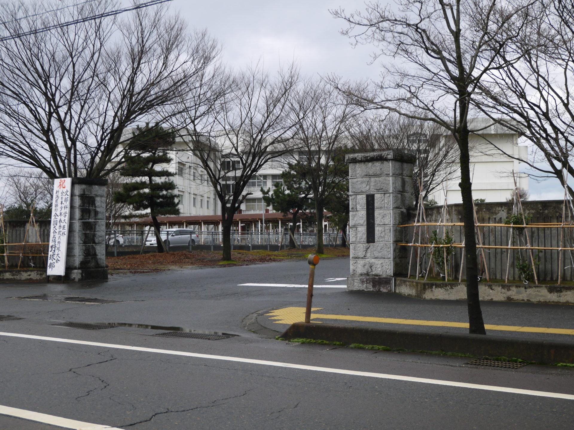 本丸中学校入口